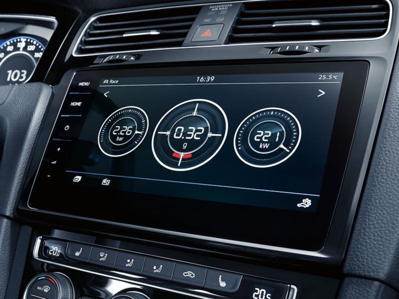 Blick auf Mittelkonsole mit Discover Pro, Display zeigt Informationen zu kW, g und bar