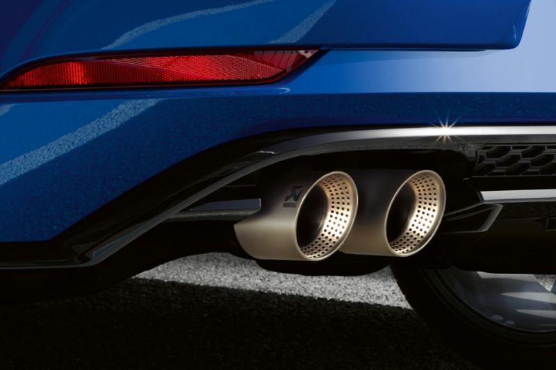 Detal tyłu VW Golfa R z rurami wydechowymi