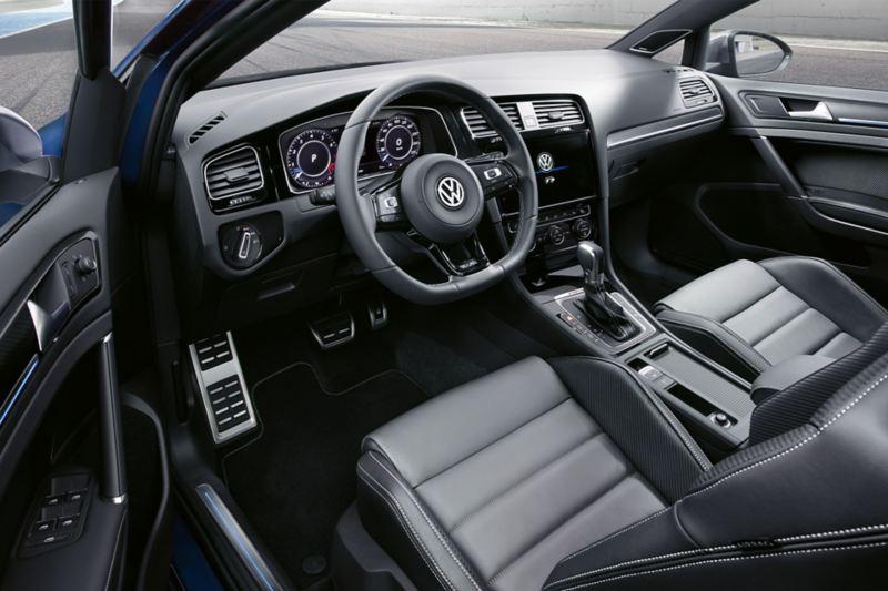 Vue par la porte ouverte sur le siège conducteur et le poste de conduite de la VW Golf Variant R.
