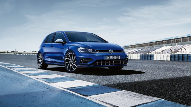 Volkswagen Golf R in pista, vista frontale