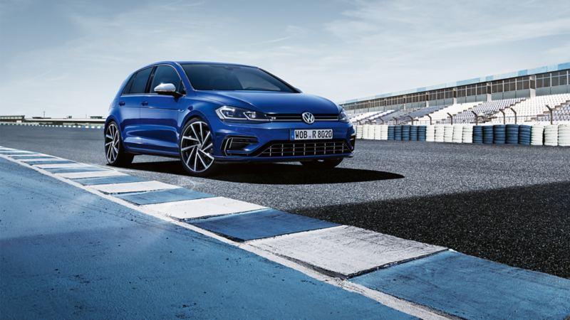 VW Golf R steht auf einer Rennstrecke, Frontansicht