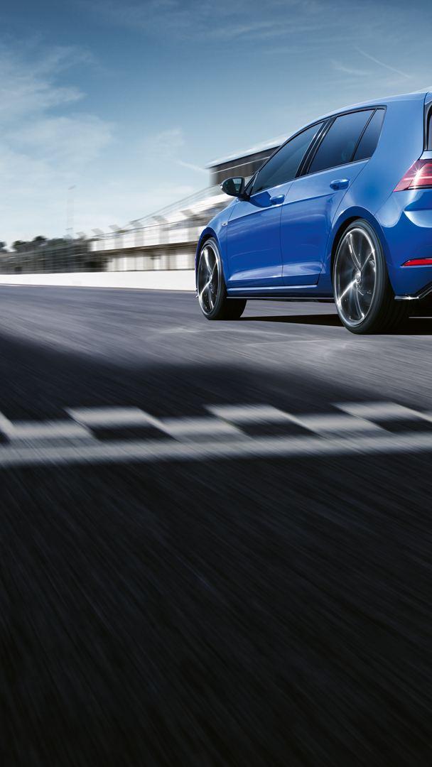 VW Golf R steht auf Rennstrecke; Ansicht von schräg vorne