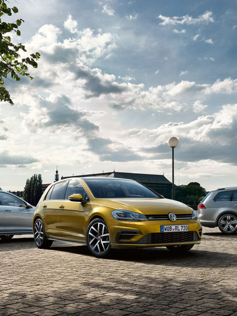 Drei Volkswagen Modelle stehen auf Parkplatz – Jahreswagen-Finanzierung