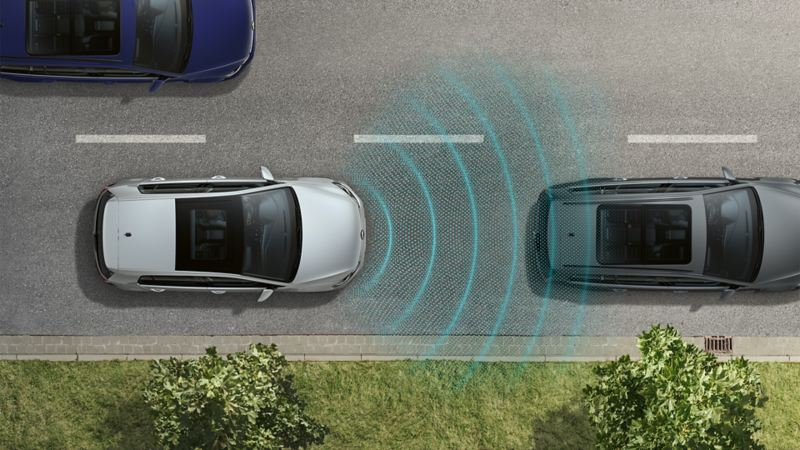 Three vehicles seen from above, stuck in traffic on a street. The Traffic Jam Assist sensor system is depicted using lines