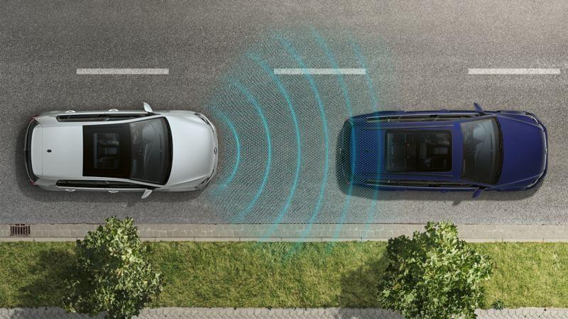VW e-Golf z lotu ptaka jedzie za innym samochodem, czujniki rozpoznają jadące z przodu auto