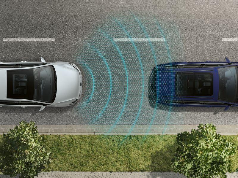 Vogelperspektive eines VW e-Golf, fährt hinter einem anderen Fahrzeug, Sensoren erkennen das vordere Fahrzeug