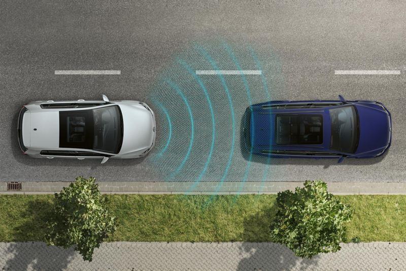Vogelperspektive eines VW Golf, fährt hinter einem anderen Fahrzeug, Sensoren erkennen das vordere Fahrzeug
