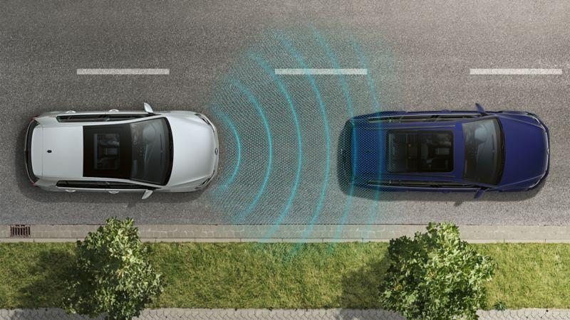 Zwei Volkswagen Fahrzeuge fahren hintereinander auf einer Straße. Die Sensorik der Fahrerassistenzsysteme ist durch Linien zweischen den Fahrzeugen dargestellt.