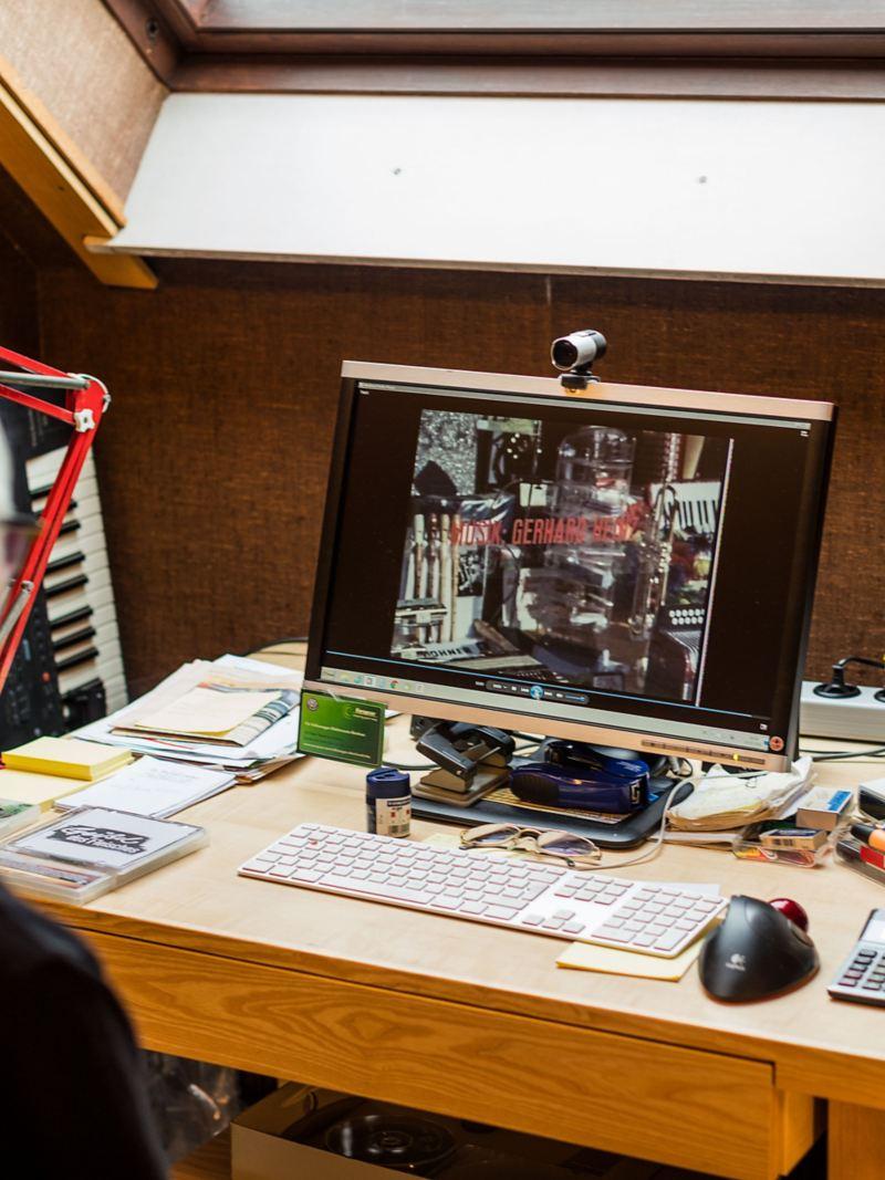 Gerhard Heinz au bureau sur son ordinateur