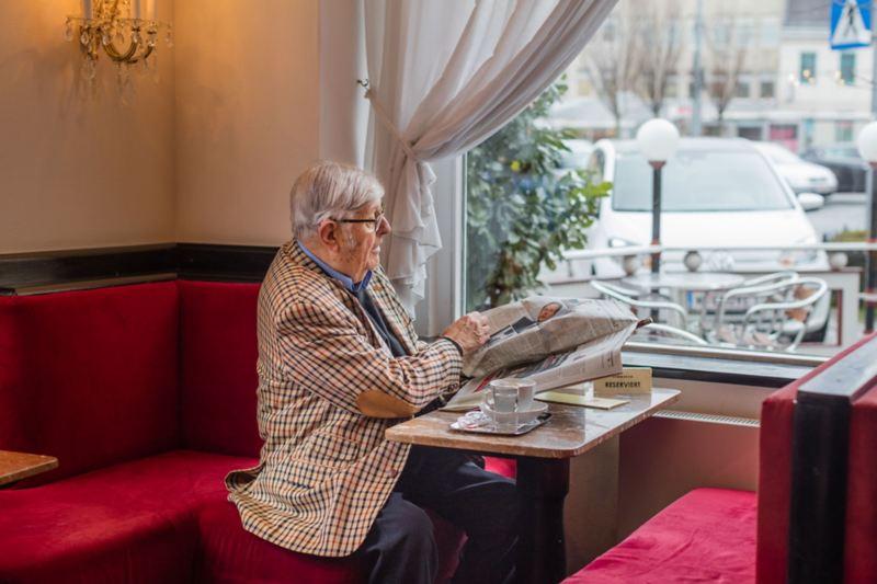 Heinz Gerhard est assis au Café Dommayer près de la fenêtre et regarde sa e-up!