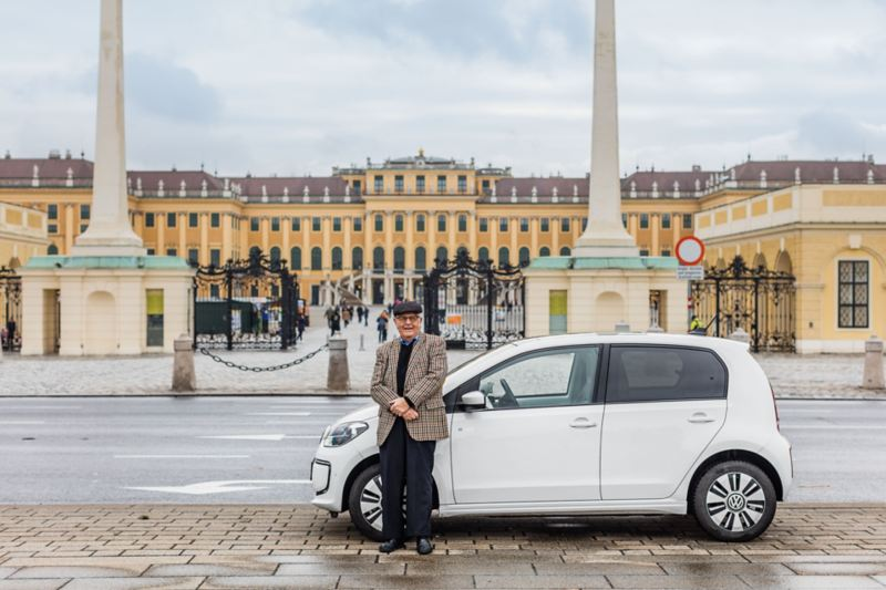 Gerhard Heinz and his e-up! parked in front of the Schönbrunn palace in Vienna
