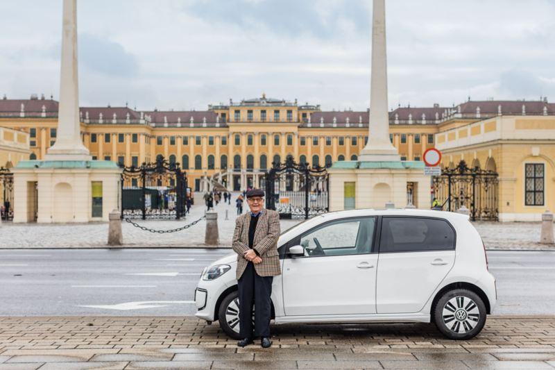 Heinz Gerhard et sa e-up! stationnée devant le château de Schönbrunn à Vienne