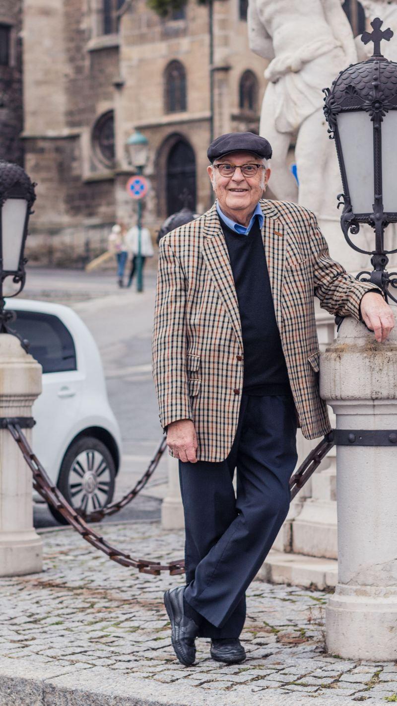 Gerhard Heinz devant sa e-up!