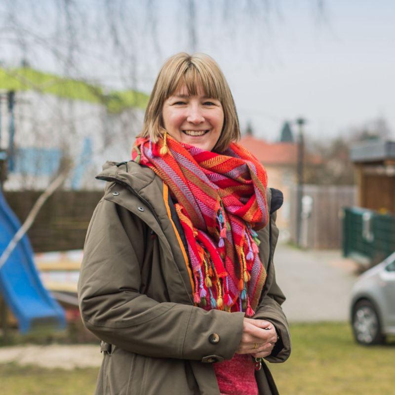 Malgorzata Ross devant une aire de jeu pour enfants