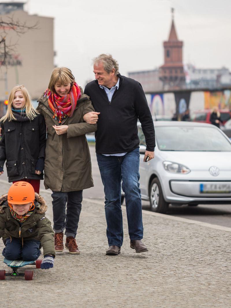 La famille Ross devant leur e-up!