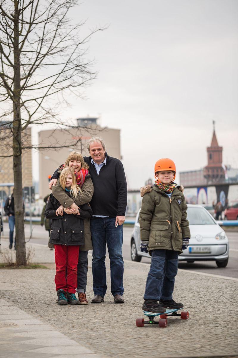 Famiglia di Berlino con Volkswagen e-up! alle spalle