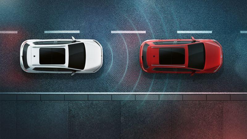 """Zwei VW Golf Sportvan auf der Staße mit schematischer Darstellung des Umfeldbeobachtungssystem """"Front Assist und Distanzregelung ACC"""""""