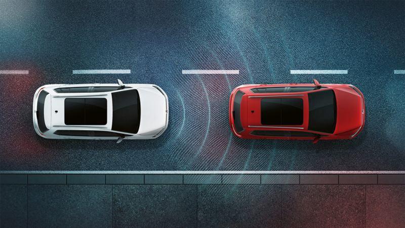 Zwei Volkswagen Fahrzeuge bei Nacht von oben betrachtet. Man sieht die Sensorik des Abstandradars durch Linien dargestellt.