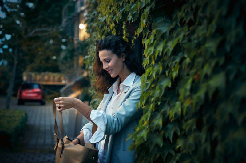 Kvinna tittar i sin väska