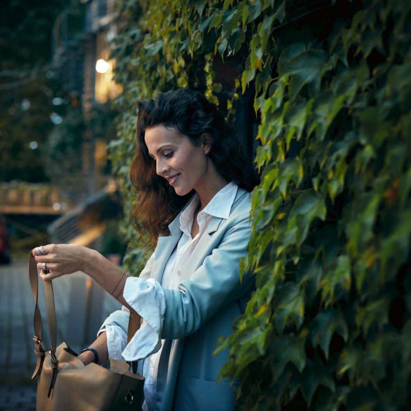 Kvinna tittar i handväskan