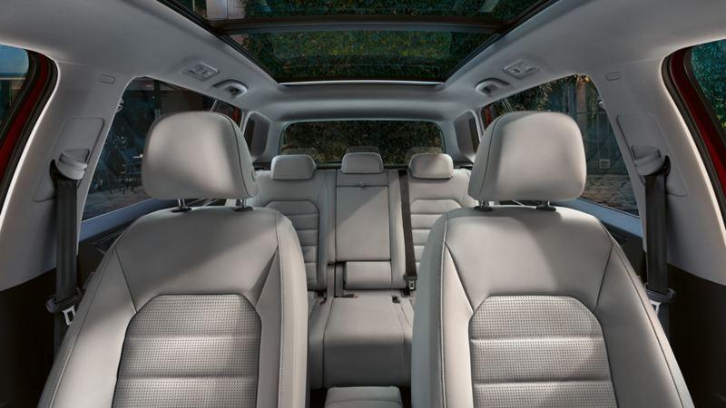 Golf Sportsvan – kabinen og sæderne set fra cockpittet