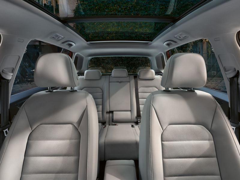 Aperçu des sièges dans l'habitacle depuis le cockpit de la Golf Sportsvan