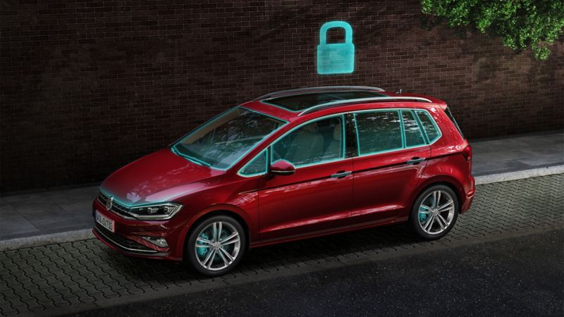 Ein VW Golf von der Seite betrachtet mit einem graphischen Sicherheitsschloss über dem Dach