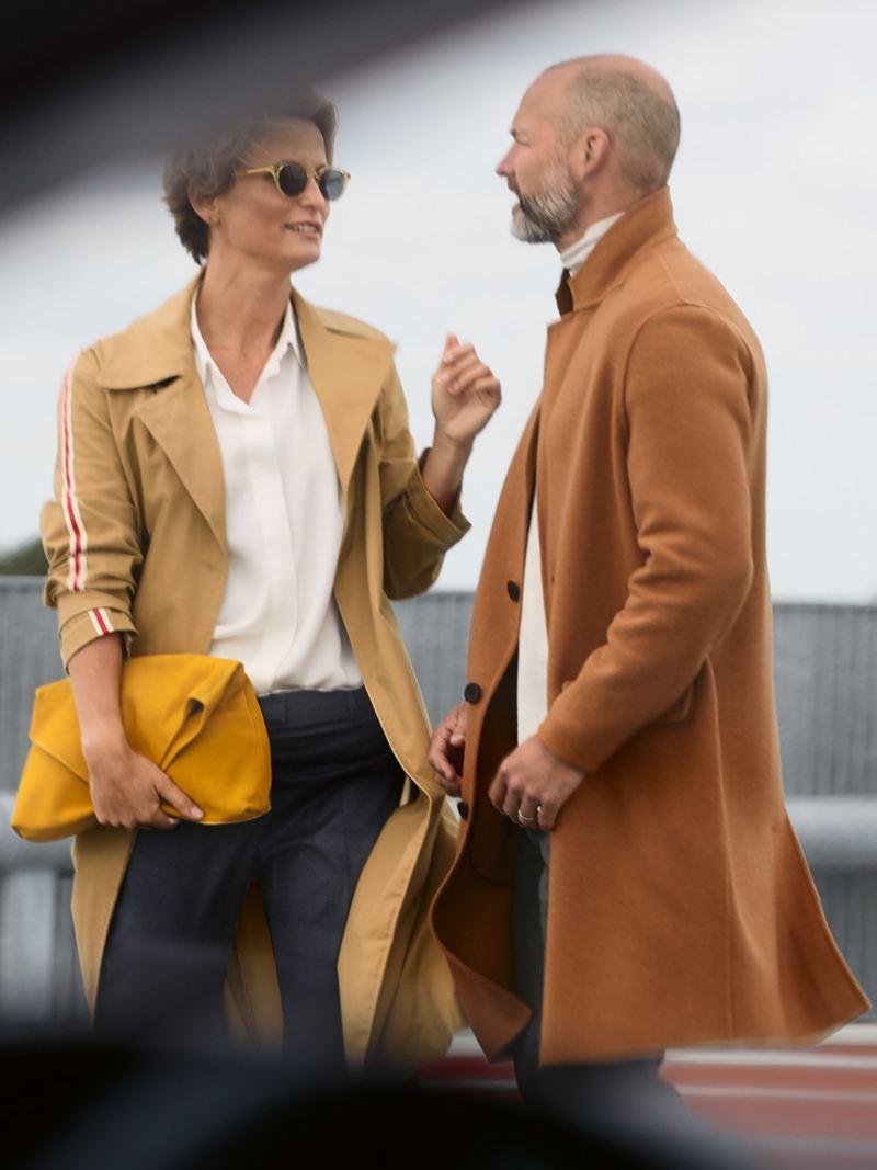 Paar praat met elkaar terwijl ze het interieur van een Golf bekijken