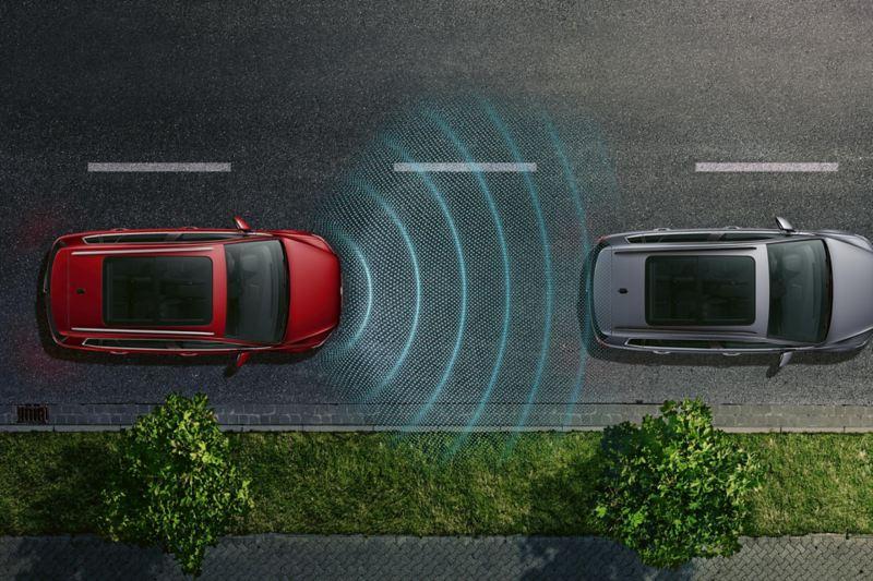 """Due VW Golf Sportvan sulla strada con rappresentazione schematica del sistema di controllo perimetrale """"Front Assist e cruise control con regolazione automatica della distanza (ACC)"""""""
