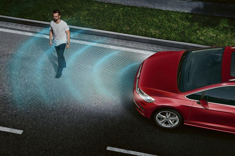 Mann geht über eine Straße, VW Golf Sportsvan IQ Drive erkennt ihn