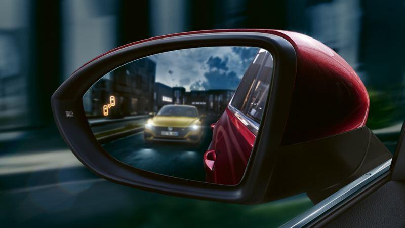 Rétroviseur extérieur d'une Golf Sportsvan avec Blind Spot Sensor.
