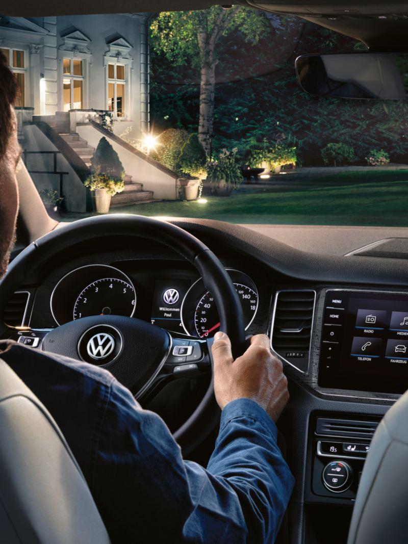 Interieur des VW Golf Sportsvan, ein Mann sitzt auf dem Fahrersitz