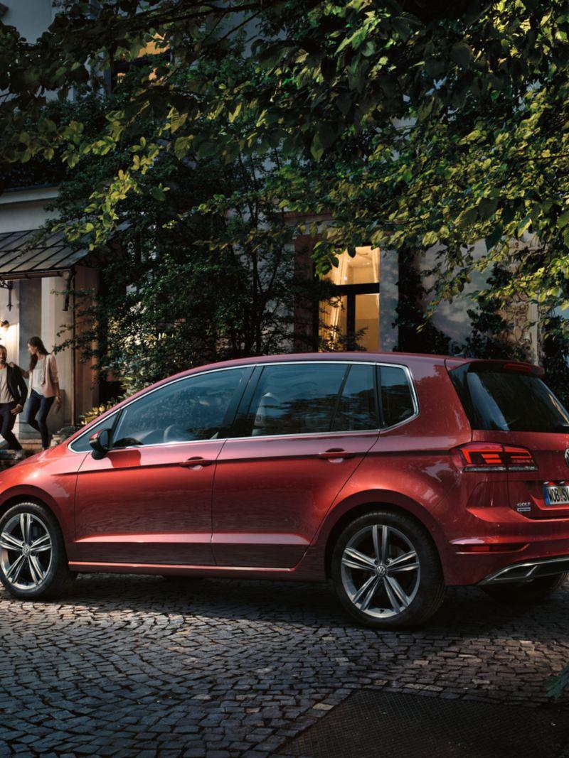 VW Golf Sportsvan steht vor einem Haus
