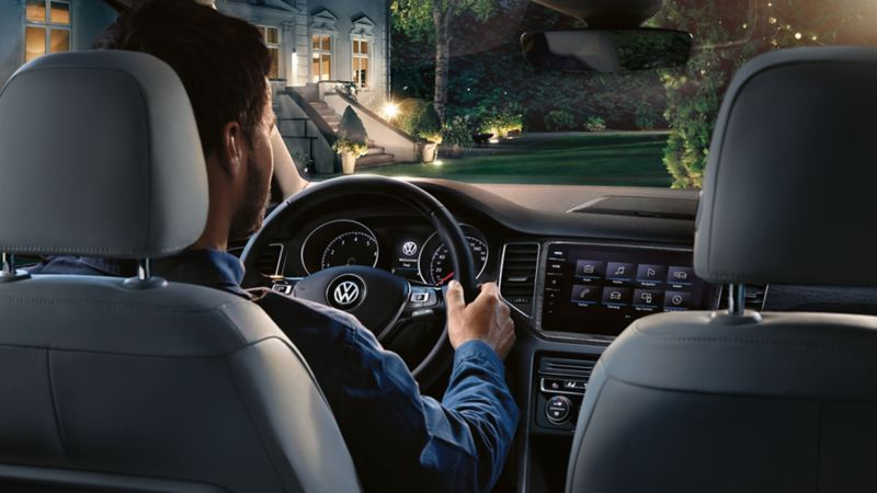 Un uomo alla guida di una Volkswagen