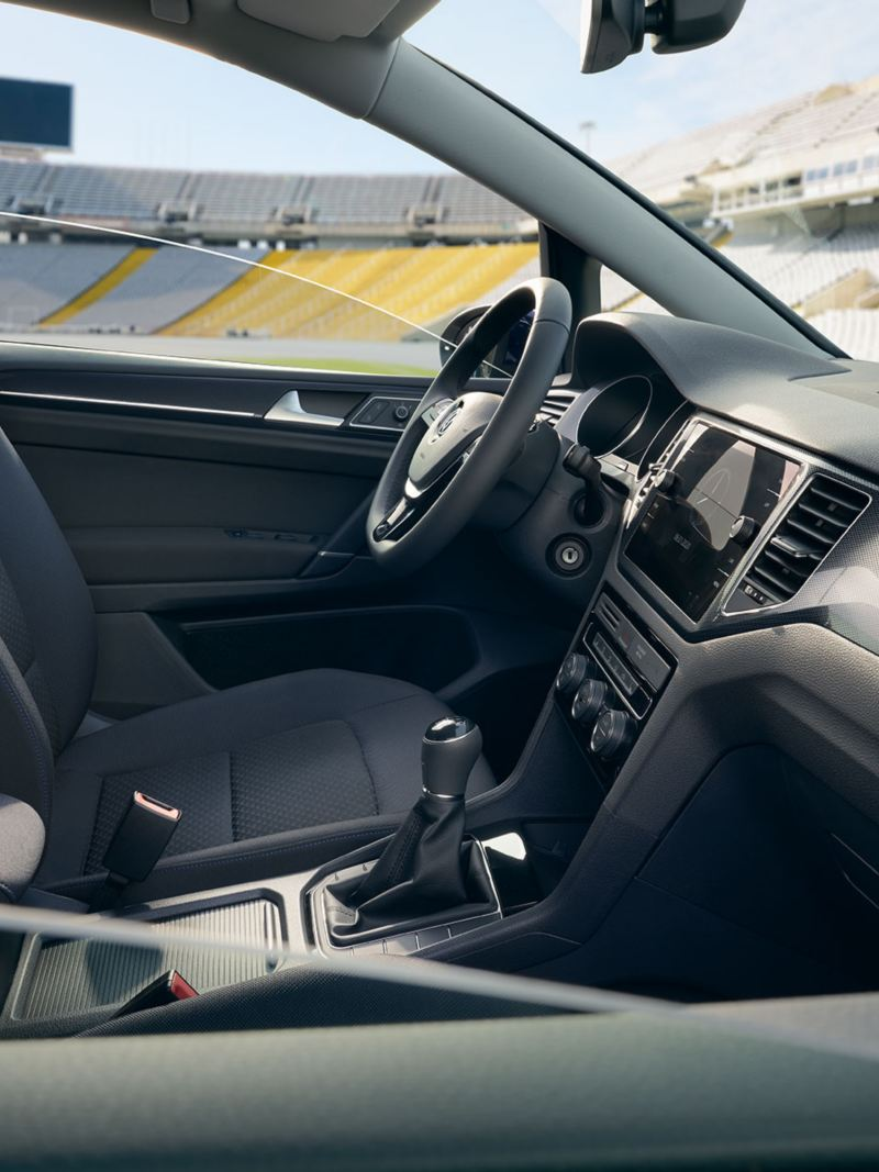 Interieur eines VW Golf Sportvan UNITED durch Beifahrerfenster