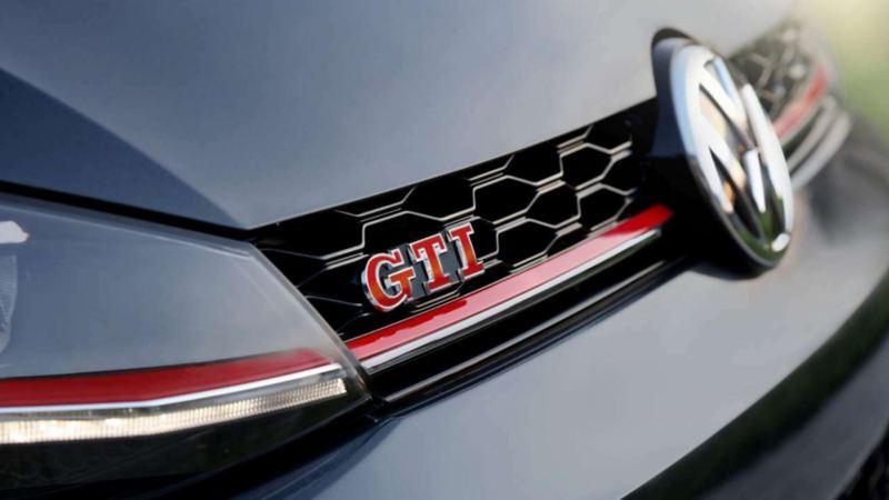 Golf GTI de Volkswagen - Carro deportivo con emblema presente en parrilla