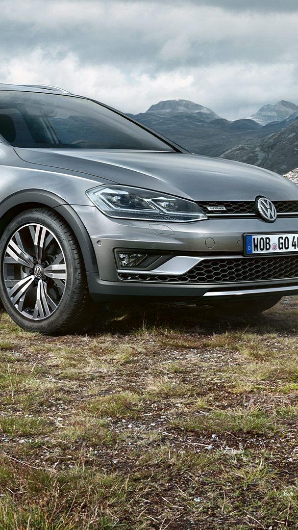 VW Golf Alltrack med berg i bakgrunden