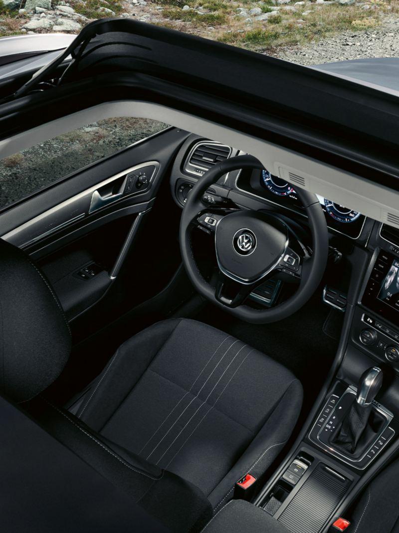 Vue de dessus au travers du toit panoramique ouvert dans l'habitacle de la VW Golf Alltrack