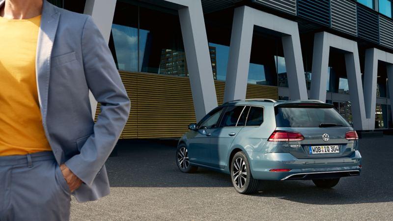 Heckansicht des VW Golf Variant IQ. Drive, Mann links im Bild