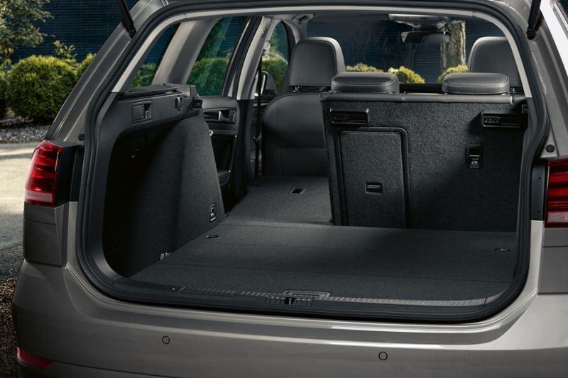 Bagagliaio con divano posteriore parzialmente abbattuto di Volkswagen Golf Variant