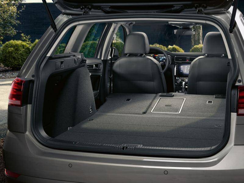 Kofferraum im VW Golf Variant TGI mit umgeklappter Rücksitzbank