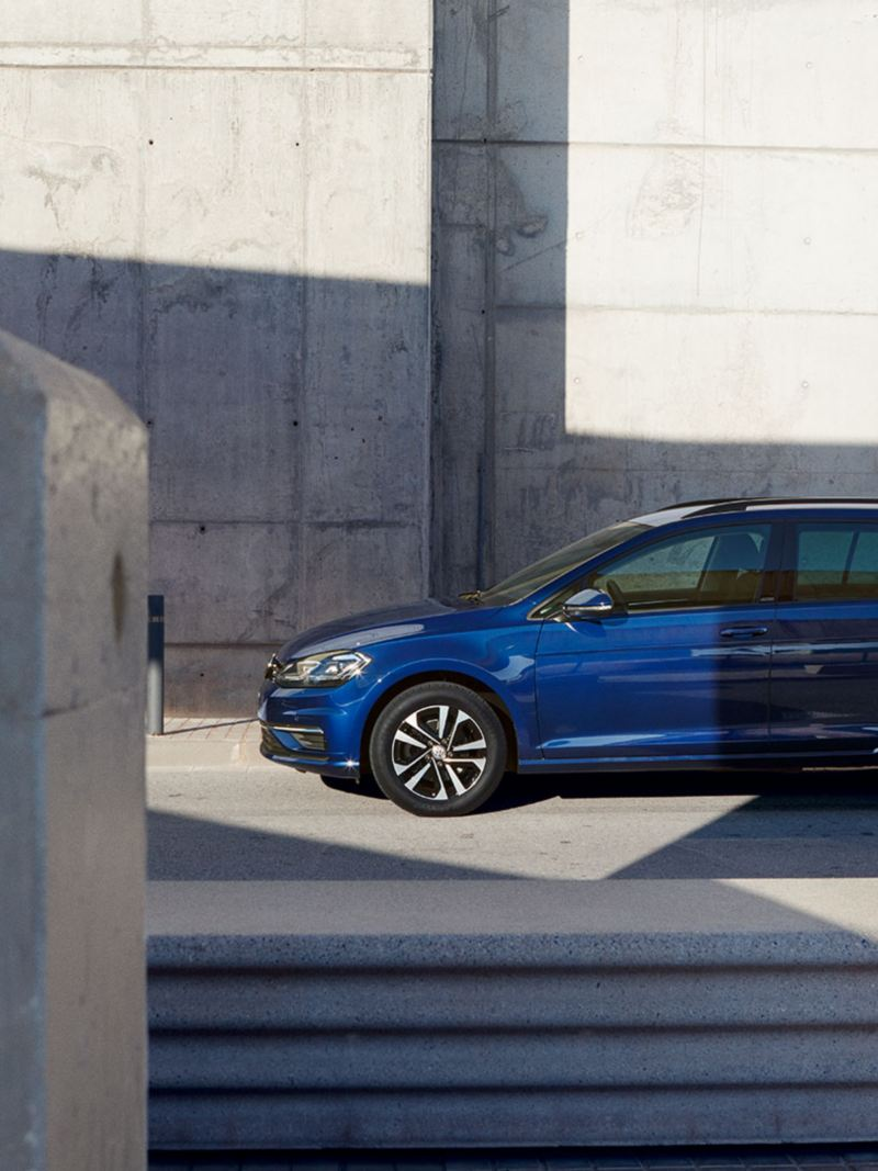 VW Golf Estate UNITED sight view in front of concrete wall
