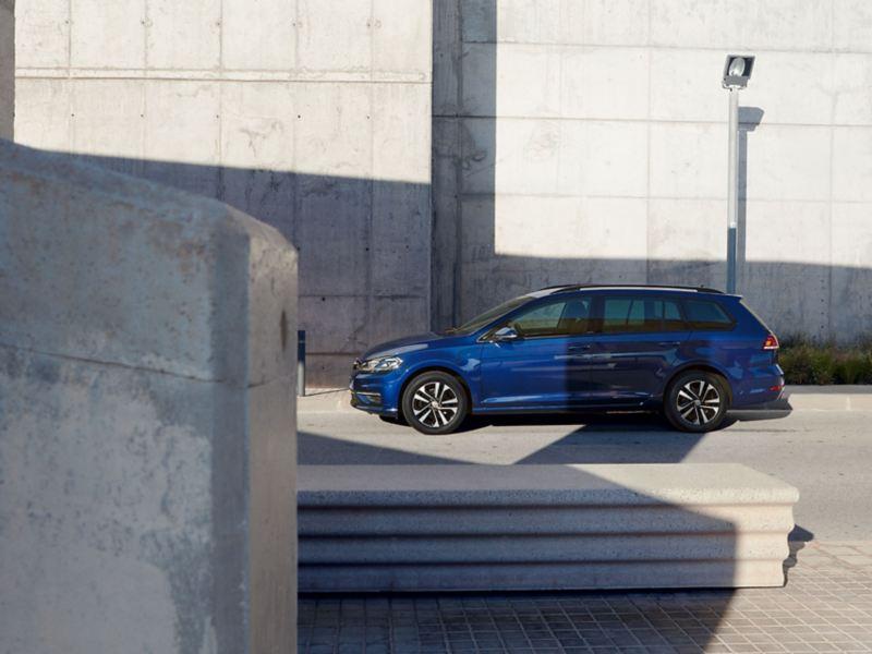 VW Golf Variant UNITED Seitenansicht vor Betonwand