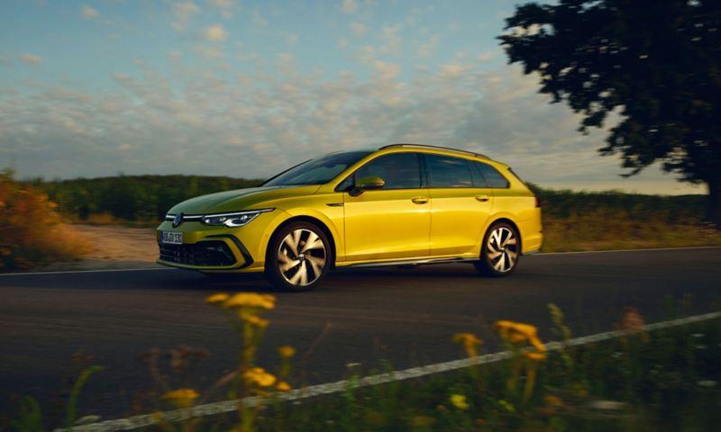 Vista laterale di Volkswagen Golf 8 Variant TGI in movimento