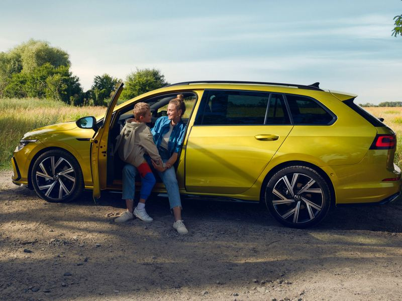 madre e figlio seduti in Golf 8 Variant VW