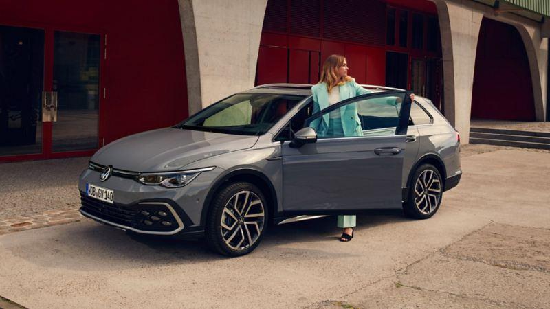 Kvinna kliver ur VW Golf Alltrack