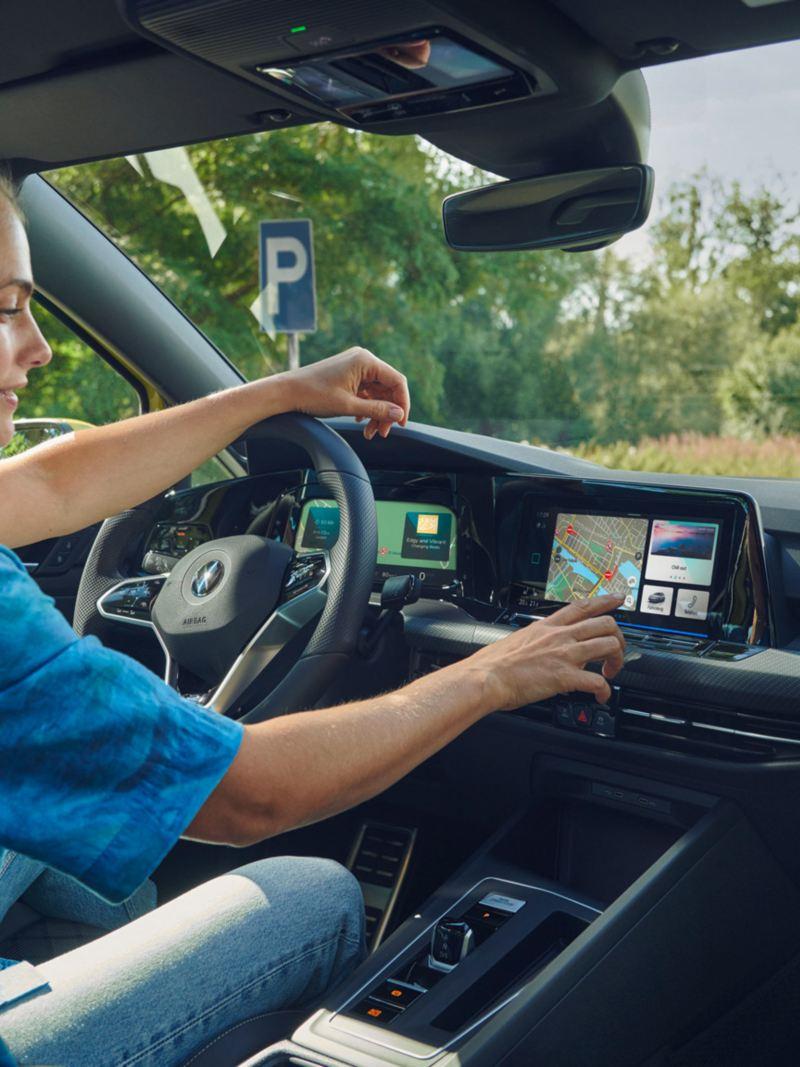 Röststyrning i Volkswagen Golf Sportscombi.