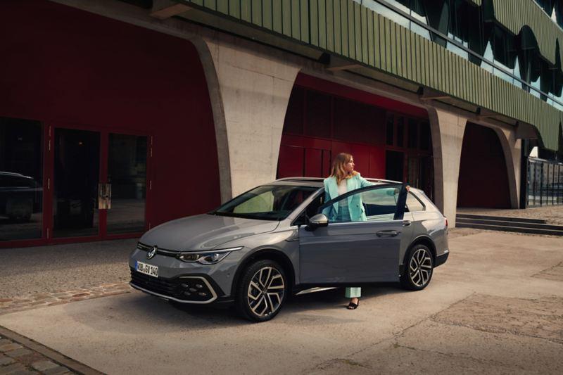 Donna sale a bordo di Volkswagen Golf 8 Variant Alltrack