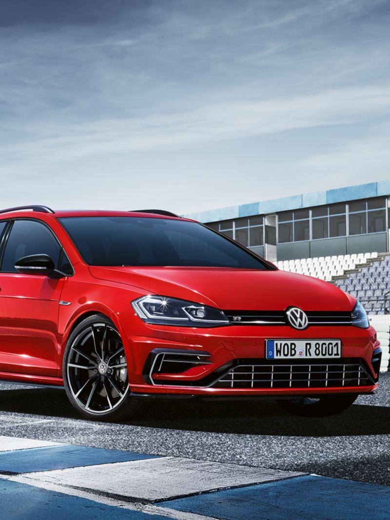VW Golf R Variant steht auf Rennstrecke; Ansicht von schräg vorne