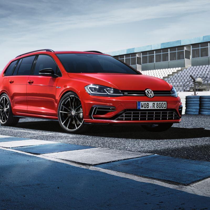 VW Golf R staat op circuit; vooraanzicht schuin